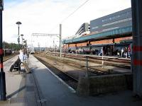 looking north-east at the empty bay platforms (the train in the northbound platform has just terminated due to a bridge strike on the line towards Leeds hence all the people milling around wondering if they will ever get home!)<br><br>[Michael Gibb&nbsp;24/10/2006]