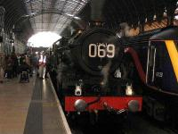 Steam charter meets 43128 at Paddington.<br><br>[Michael Gibb&nbsp;18/11/2006]