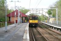 A train for Neilston leaving Williamwood platform 2 on 6 May 2007.<br><br>[John Furnevel&nbsp;06/05/2007]