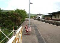 Looking south at Girvan in May 2007 with the abandoned bay platform on the left.<br><br>[John Furnevel&nbsp;31/05/2007]