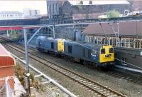 A pair of 20s chop their way past the very large High Street box on their way to pick up Glasgow Airport oil empties from Hawkhead. The box (only half visible here) was abolished as part of the Yoker resignalling scheme.<br><br>[Ewan Crawford&nbsp;/12/1989]