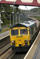 Freightliner 66527 heads east through Curriehill with a ballast train on 10 July. <br><br>[Bill Roberton&nbsp;10/07/2007]