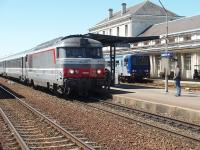 44 years old and still on front line express duties. 67400 Class 2367 hp Bo-Bo 167475 calls at Saintes on a Co-Rail Bordeaux to Nantes service. The builders plate showed it to have been built by Brissonneau et Lotz in 1965. In the background a local DMU waits for passengers connecting for the Cognac line.<br><br>[Mark Bartlett&nbsp;23/06/2009]