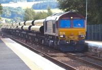 EWS 66100 hauls the 6X88 ex-Hartlepool pipe train through<br> Ladybank on 27 July en route to Georgemas Junction.<br><br>[Brian Forbes&nbsp;27/07/2010]