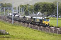 Freightliner 66506 speeds through Abington loops with a northbound train of empty coal hoppers on 30 May.<br> <br><br>[Bill Roberton&nbsp;30/05/2011]