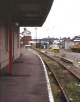 Bay platform 3 at Grimsby Town on 13 July 1995. View is east towards Garden Street level crossing and signal box. The locking room of the listed box, which closed in September 1993, is encased in a blast wall, added as a wartime measure in 1940.<br><br>[Ian Dinmore&nbsp;13/07/1995]