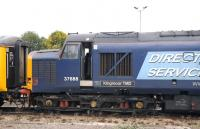 DRS 37688 <I>Kingmoor TMD</I> standing alongside Didcot station on 25 September 2014. [See image 48821]<br><br>[Peter Todd 25/09/2014]