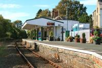 A passenger waiting for the 1352 at Criccieth station on 15 October 2014.<br><br>[Colin McDonald&nbsp;15/10/2014]