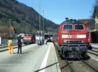 At Immenstadt in the south of Germany, the branch to Oberstdorf leaves the Munich to Lindau main line in the 'wrong'  direction, so that services from Oberstdorf to Kempten and beyond are faced with a reversal here. 218 499 on the left has just brought in train IC2012 (09:45 Oberstdorf - Hannover Hbf) on 28 April 2010 and is running round its train to join classmate 218 494 which was waiting at Immenstadt and has already coupled up. Very occasional Railscot contributor Ingrid Jamieson can be seen chatting to the train's conductor beyond the first lamp-post.<br><br>[Bill Jamieson&nbsp;28/04/2010]