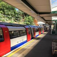 Platform scene at South Ealing station on the Piccadilly Line in September 2015. [Ref query 1579] <br><br>[Michael Gibb&nbsp;/09/2015]
