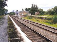 Platform view south through Tain station on 16 June 2001. To the right of the main station building is the entrance to the former goods yard [see image 3279].<br><br>[John Furnevel&nbsp;16/06/2001]