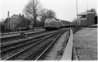A DB Class 220 loco with a service from the north (believed to be from Bramsche) passes Osnabruck Eversburg SB heading to Osnabruck Hbf in October 1976. A quick check of Google suggests that the level crossing has now been removed although the SB may still be present.<br><br>[John McIntyre&nbsp;/10/1976]