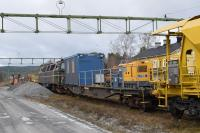 A late autumn scene with traces of early snow where two engineering trains are in the station sidings at Järpen in western Jämtland. Closer to the camera is a ballast train; this is loaded from the ballast heaps using the mechanical loader. Loco is Railcare TMZ 1418. Note the onboard generator and crew 'bothy' on an adapted flat wagon. The yellow building behind is Järpen Station. In the background is a rail grinder [see image 61633].<br><br>[Charlie Niven&nbsp;30/10/2017]